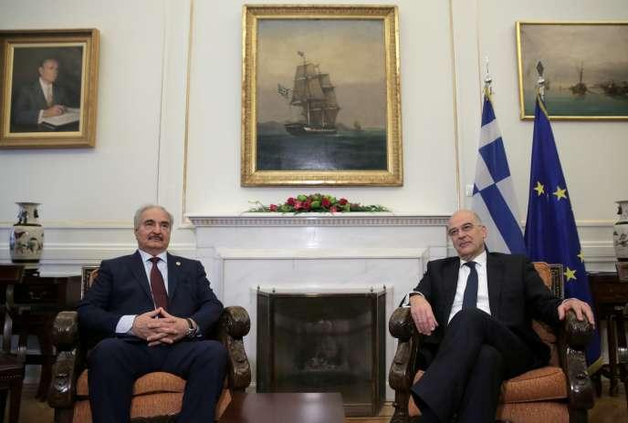 Le maréchal Khalifa Haftar et le ministre grec des affaires étrangères,Nikos Dendias, le 17 janvier à Athènes.