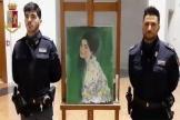 Des policiers italiens présentent le «Portrait d'une dame », de Klimt, au lendemain de sa découverte, en décembre 2019.