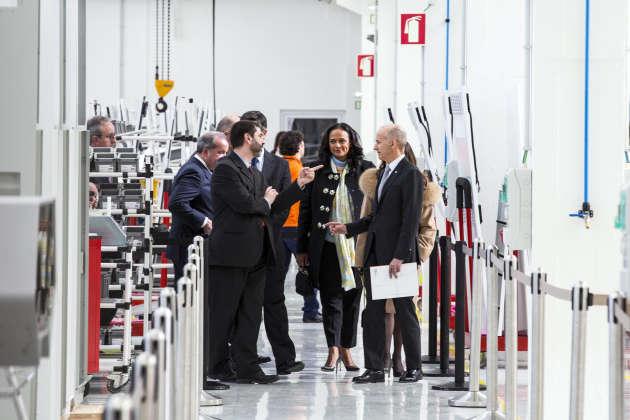 Isabel dos Santos (au centre), lors de l'inauguration,à Maia (Portugal), en février 2018, d'une unité de production électrique du groupe portugais Efacec, dont elle est actionnaire.