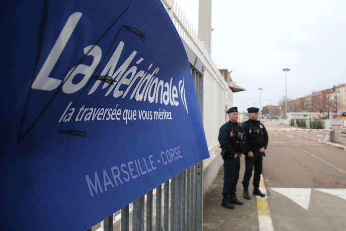 Des CRS gardent l'entrée du port d'Ajaccio dans le cadre de la mobilisation des salariés de La Méridionale, jeudi 16 janvier.