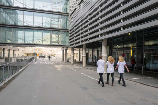 De jeunes infirmières devant le CHU François Mitterrand, à Dijon.