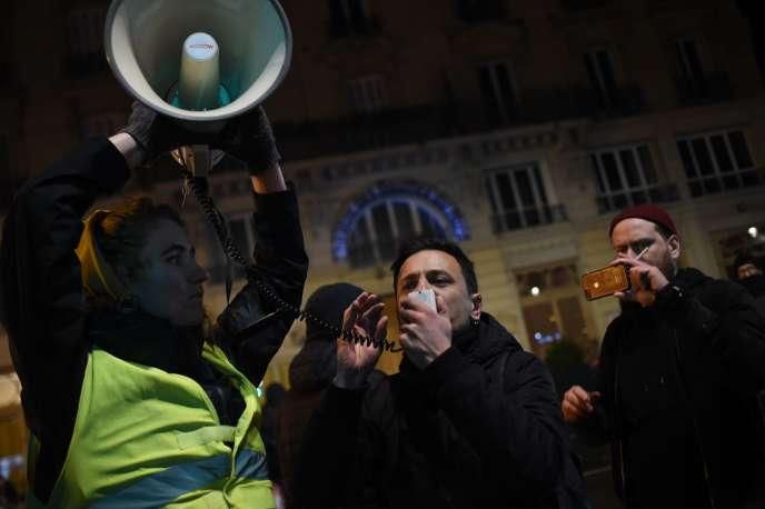 Des manifestants devant le théâtre des Bouffes du Nord (Paris), où Emmanuel Macron assistait à une représentation, le 17 janvier.
