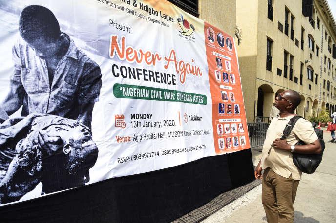 A Lagos, le 13 janvier 2020, une affiche de commémoration des 50 ans de la fin de la guerre civile au Nigeria qui avait fait au moins 1 million de morts entre 1967 et 1970.
