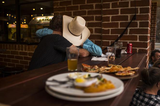 Dimanche 12janvier, le pub de Cobargo organisait un grand barbecue pour que les habitants puissent se retrouver pour la première fois depuis les incendies. C'était un mélange de kermesse et de veillée funèbre