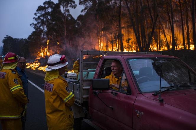 Les pompiers volontaires du service d'incendie rural de la Nouvelle-Galles du Sud ont été victimes d'un incendie incontrôlable à l'extérieur de Bombala. Le feu a commencé par un coup de foudre à Victoria le 31décembre 2019 et s'est propagé vers le nord.