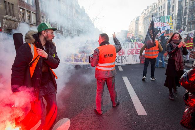 Des grévistes du syndicat RS RATP (Rassemblement syndical)dans le cortège parisien boulevard Saint-Marcel, 16 janvier.