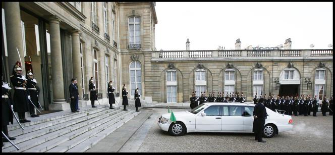 Le colonel Kadhafi est reçu à l'Elysée par le président Nicolas Sarkozy, le 12 décembre 2007.