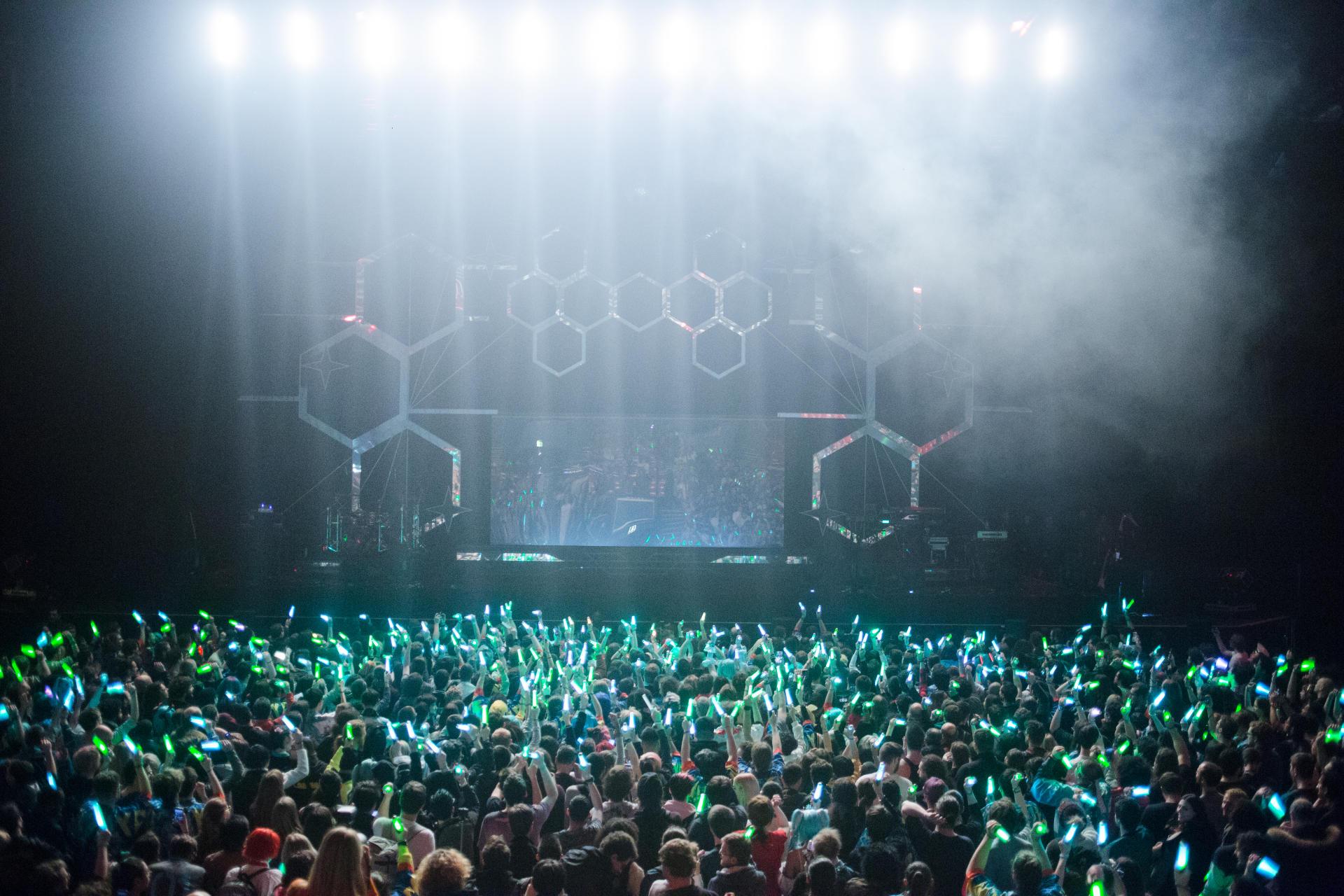 En attendant que la star virtuelle arrive sur scène, les spectateurs la réclament en brandissant leur«glow stick».