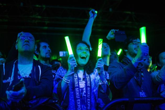 Les fans d'Hatsune Miku, survoltés du début à la fin du concert au Zénith, à Paris.