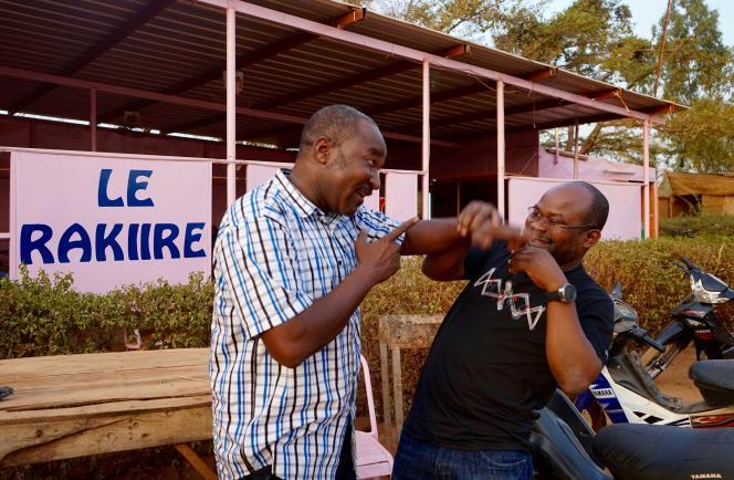 Mamoudou Combary, le président de l'association Bulcina Maasuagu Burkindi Roogmika,réunit une fois par mois des convives dans un maquis de Ouagadougou pour pratiquer « l'alliance à plaisanterie».