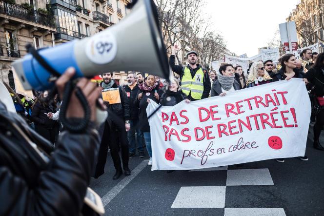 Manifestation d'enseignants contre la réforme des retraites, à Paris, le 16 janvier.