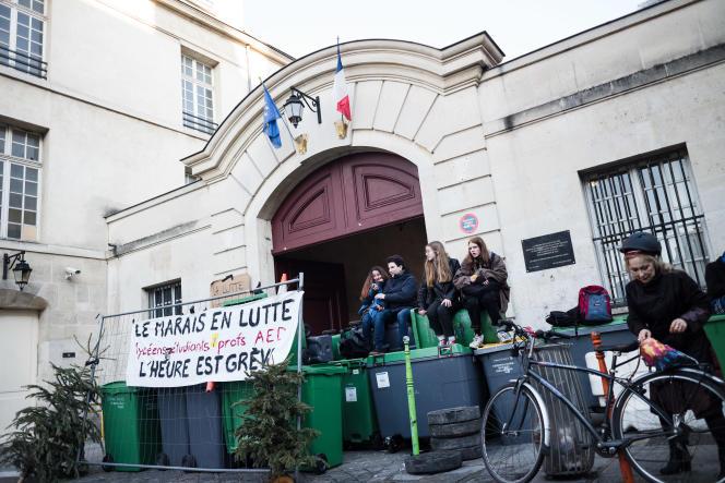 Des lycéens bloquent l'entrée du lycée Charlemagne, à Paris, le 16 janvier.