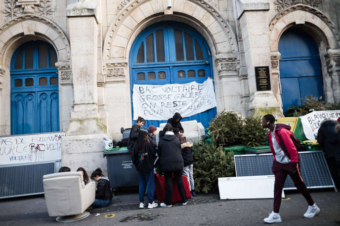 Des élèves bloquent l'entrée du lycée Voltaire lors d'une journée de mobilisation contre la réforme des retraites, à Paris, le 16 janvier.