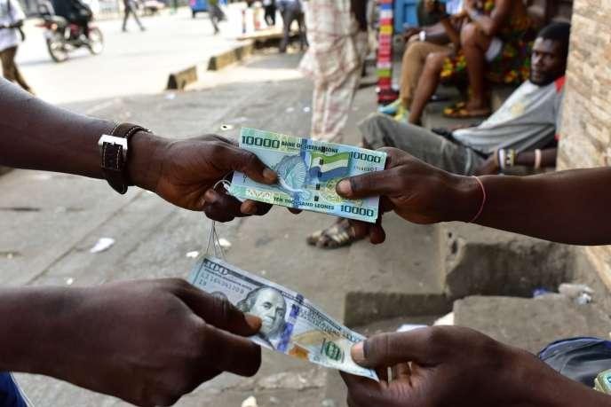 Dans un bureau de change de Freetown, capitale de la Sierra Leone, pays qui fait partie de la Zone monétaire ouest-africaine (WAMZ) qui s'oppose à l'avènement d'une monnaie unique ouest-africaine pour remplacer le franc CFA.