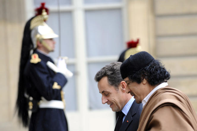 Nicolas Sarkozy et Mouamar Kadhafi en décembre 2007.