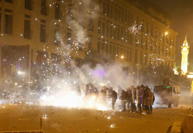 Des feux d'artifice ont été tirés sur les forces anti-émeutes par les manifestants, samedi 18 janvier à Beyrouth, au Liban.