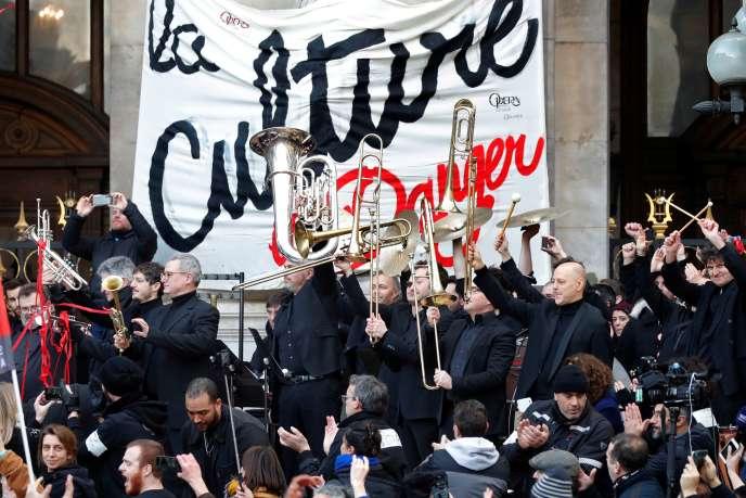 Les musiciens de l'orchestre de l'Opéra de Paris saluent le public après avoir donné un concert en plein-air devant l'Opéra Garnier, le 18janvier2020.