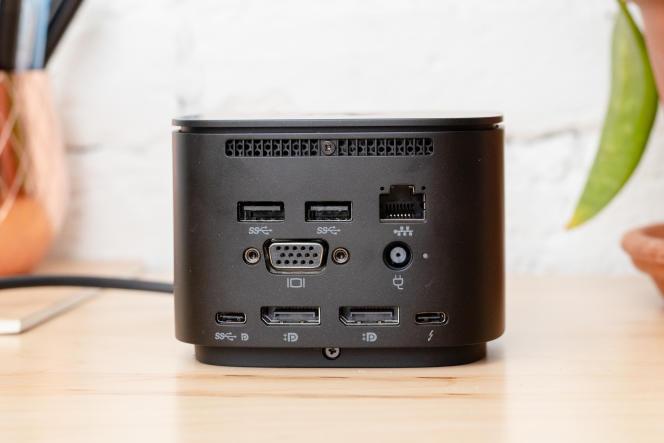 Le dos du dock HP comporte deux ports USB-A, un Ethernet gigabit, un VGA, un USB-C, deux DisplayPort et un Thunderbolt 3.