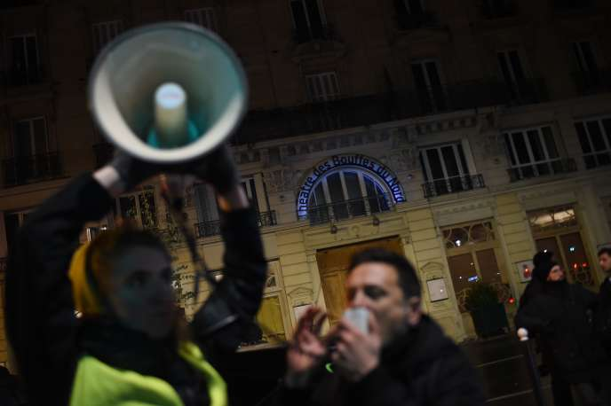 Des manifestants devant le théâtre des Bouffes du Nord (Paris), où Emmanuel Macron assistait à une représentation, le 17janvier.