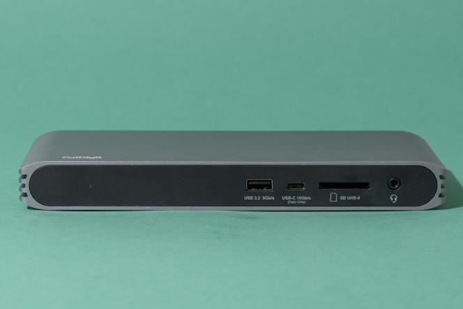 En façade, le dock CalDigit comporte un port USB-A 3.2 Gen1, un USB-C 3.2 Gen 1, un lecteur de carte SD, et un jack combinant entrée et sortie audio.