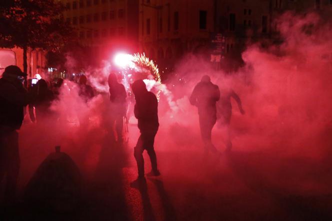 Des manifestants anticorruption dans le nuage de gaz lacrymogène, samedi 18 janvier à Beyrouth, au Liban.
