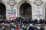 Un concert improvisé des grévistes devant l'Opéra de Paris, le 18 janvier.