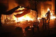Des manifestants anti-corruption tentent d'éteindre l'incendie de leurs tentes, samedi 18 janvier à Beyrouth, au Liban.