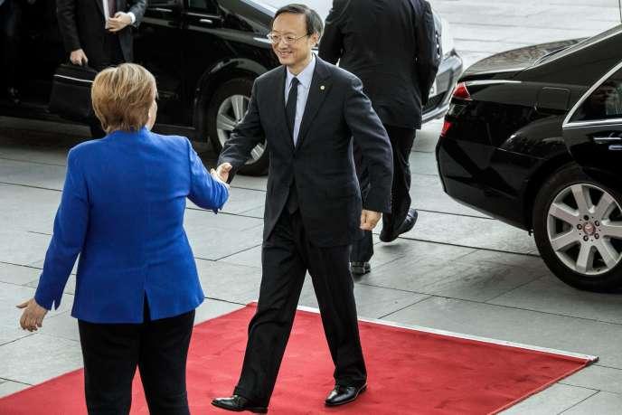 La chancelière allemande, Angela Merkel, accueille un représentant du bureau politique chinois, Yang Jiechi, le 19 janvier, à Berlin.