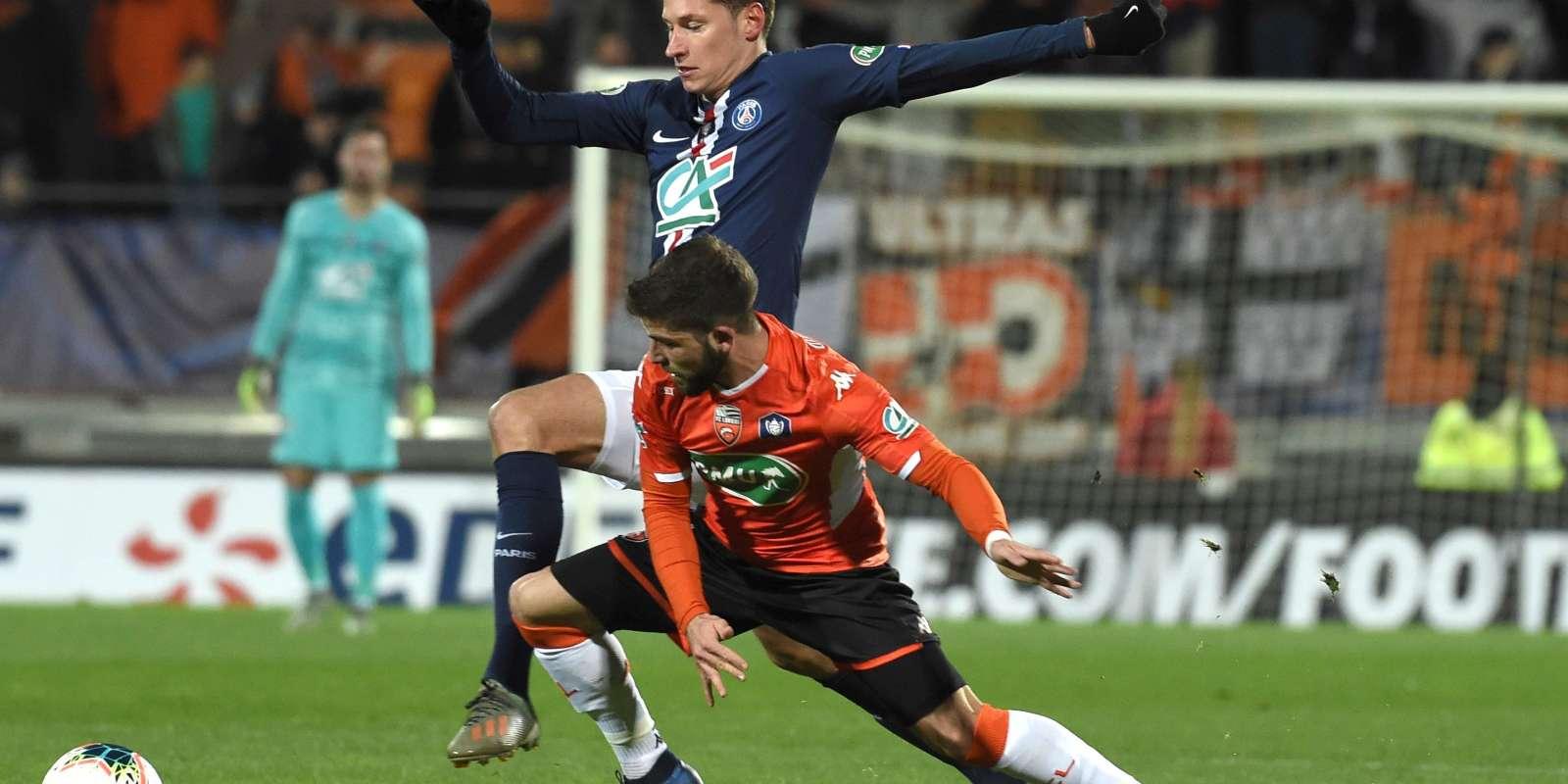 Le Parisien Julian Draxler à la lutte avec le Lorientais Enzo Le Fee, dimanche 19 janvier, en huitièmes de finale de la Coupe de France, au stade du Moustoir.