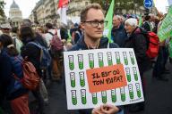 Un homme opposé à ce que toutes les femmes puissent avoir accès à la PMA, le 6 octobre 2019 à Paris lors d'une manifestation.