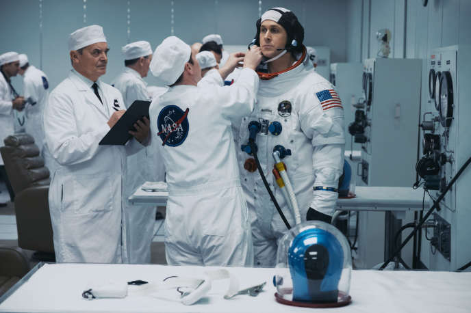 Ryan Gosling incarne l'astronaute américain Neil Armstrong.