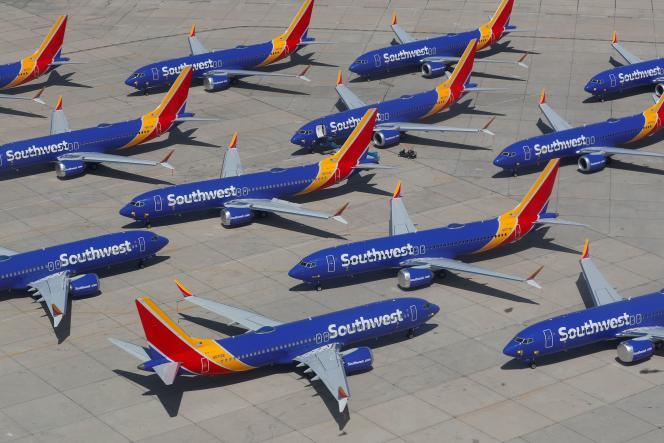 Une flotte de Boeing 737 MAX 8 de la compagnie américaine Southwest Airlines, la plus touchée par l'interdiction (34 appareils),clouée au sol à l'aéroport de Victorville, en Californie (Etats-Unis), photographiée le 26 mars 2019.