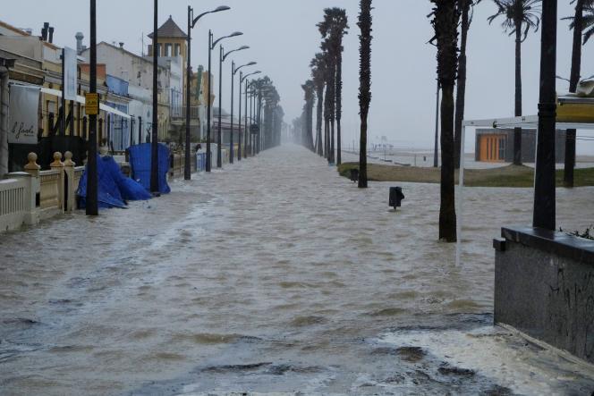 Une rue inondée près de la plage en raison de la tempête Gloria, à Alboraya, près de Valence, en Espagne, lundi 20 janvier.