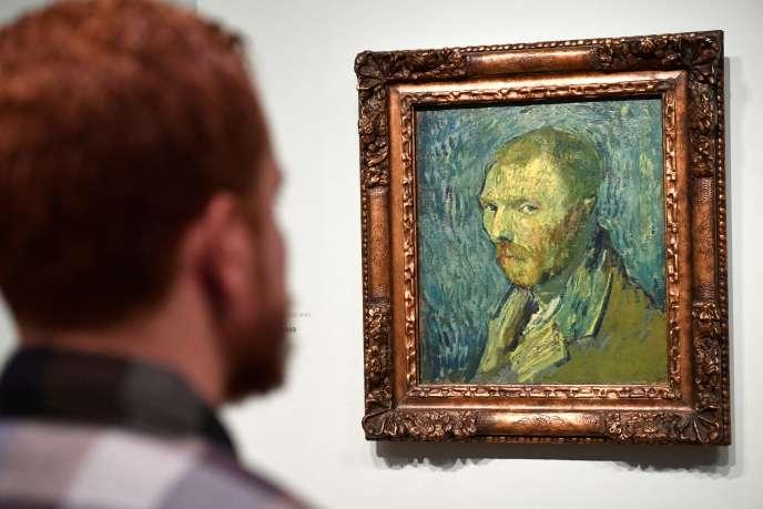 Le peintre tourmenté s'est représenté de trois quarts, la tête inclinée vers le bas, le regard vide, une expression de tristesse sur son visage fermé.