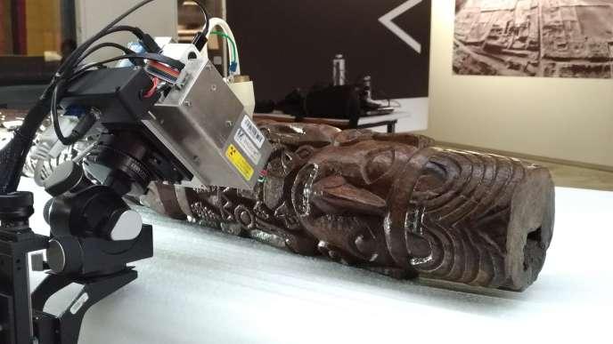 Inspection de la partie supérieure de l'idole de Pachacamac aux rayons X.