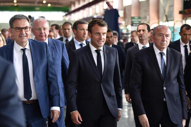 Emmanuel Macron (centre), le maire de Lyon Gérard Collomb (dr.), à Villeurbanne près de Lyon, le 8 juillet 2019.