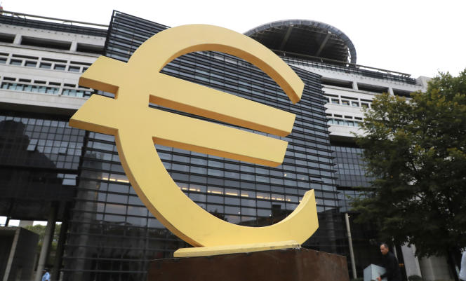 Le symbole de l'euro devant le ministère de l'économie et des finances, à Paris, en 2016.