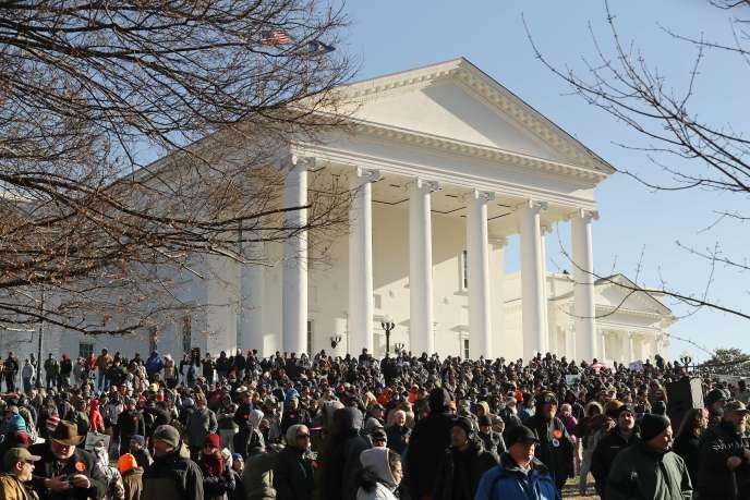 La foule despartisans du droit à détenir des armes réunie devant le Capitole de Virginie, le 20 janvier.