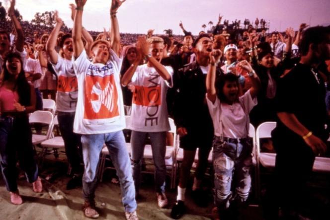 Donn Alan Pennebaker a suivi huit fans tirés au sort par la production pour accompagner Depeche Mode aux Etats-Unis en 1988.