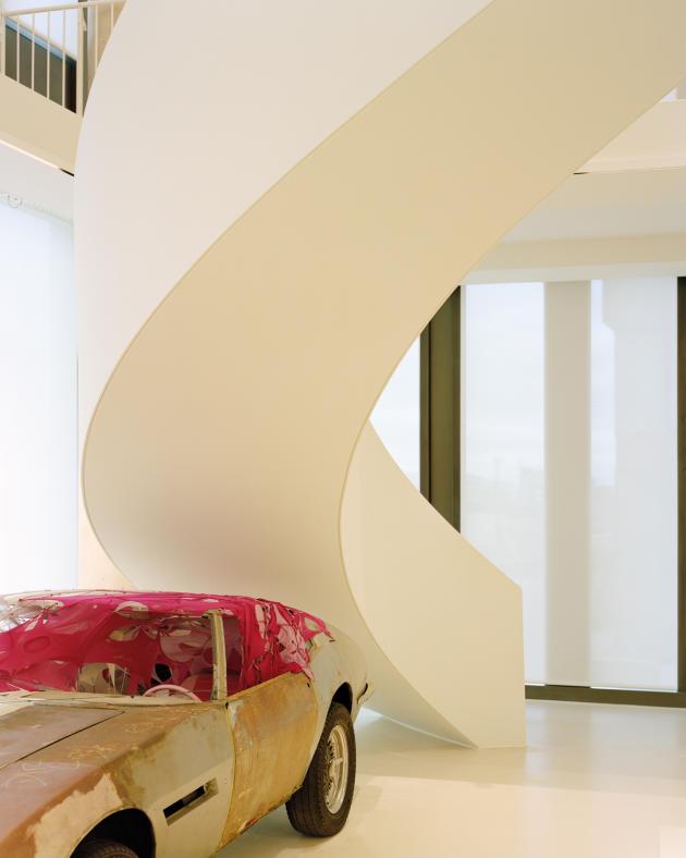 Sous l'escalier circulaire, «Milly's Maserati» (2004), de Madeleine Berkhemer.