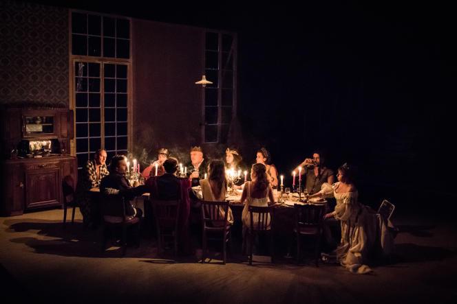 Les comédiens du collectif In Vitro, à l'origine du projet avec Julie Deliquet, sur la scène du théâtre de l'Odéon .