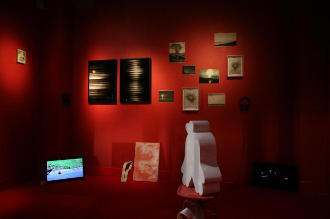 Dans l'exposition « L'Atelier Velazquez », vue de l'«Atelier Loo & Lou», une installation regroupant les travaux des artistes de la promotion 2019-2020 sur le thème de « L'Atelier rouge» de Matisse.