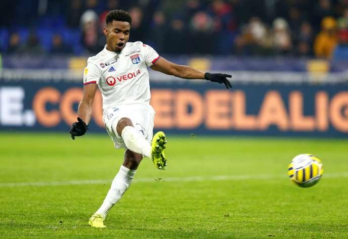 Thiago Mendes, l'un des joueurs lyonnais à avoir réussi son tir au but face à Lille, en demi-finale de Coupe de la Ligue, au Groupama Stadium de Décines, mardi 21 janvier.