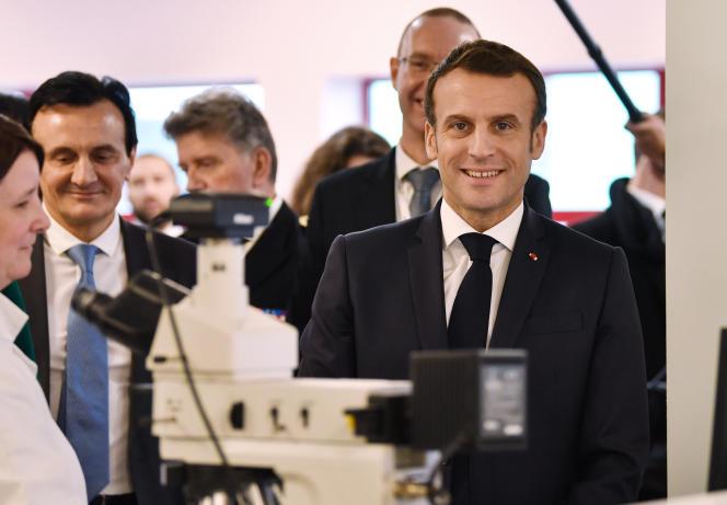 Le président de la République, Emmanuel Macron, en visiteà l'usine du groupe pharmaceutique anglo-suédois AstraZeneca, lundi 20 janvier.
