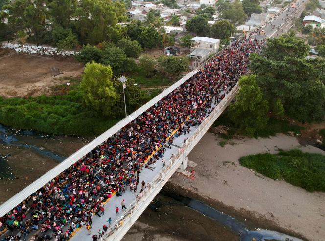 La caravane de migrants,laplupartvenus du Honduras, sur le pont qui relie le Guatemala au Mexique, près deTecumUman(Guatemala), le 20 janvier.