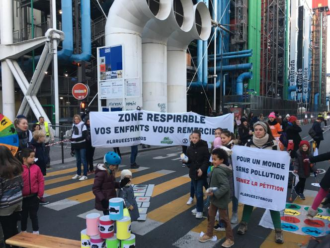 Mardi 21 janvier, à Paris, devant l'école Saint-Merri-Renard, au pied du centre Pompidou.