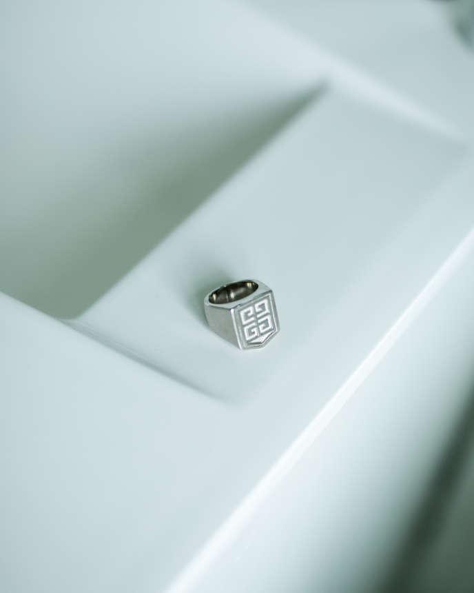 Chevalière blason 4G en métal argenté, 250 €, Givenchy.