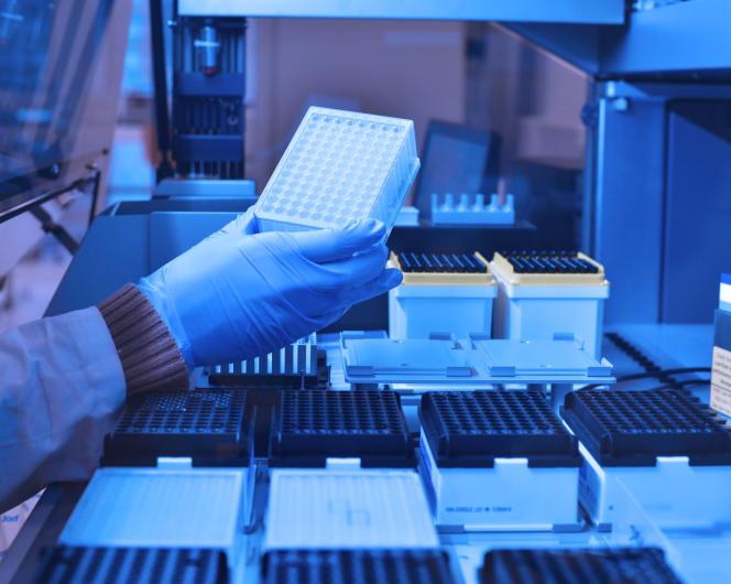 Préparation de réactifs dans les laboratoires de la biotech DNA Script, en décembre 2017.