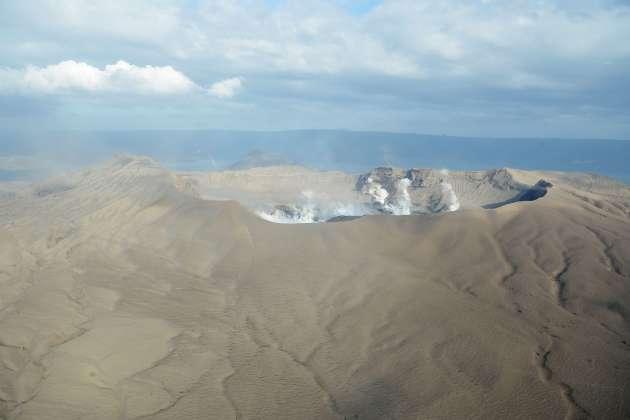 Des fumerolles blanches s'élèvent du cratère du Taal, le 21 janvier.