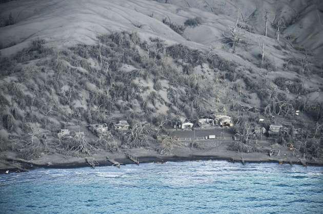 Des habitations au pied du volcan, ensevelies par la boue, le 21 janvier.